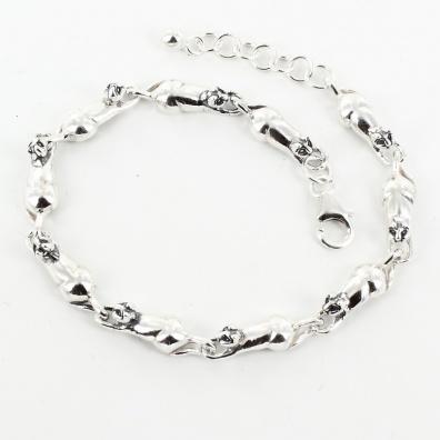 9 zilveren katten op een rij