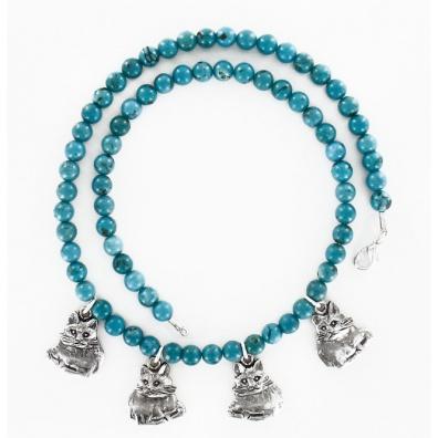 Vier poezen aan een Turquoise collier.